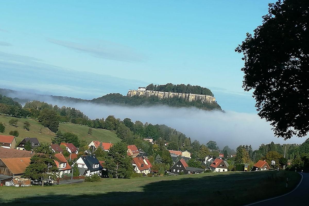 Festung Königstein schwebt auf Wolken