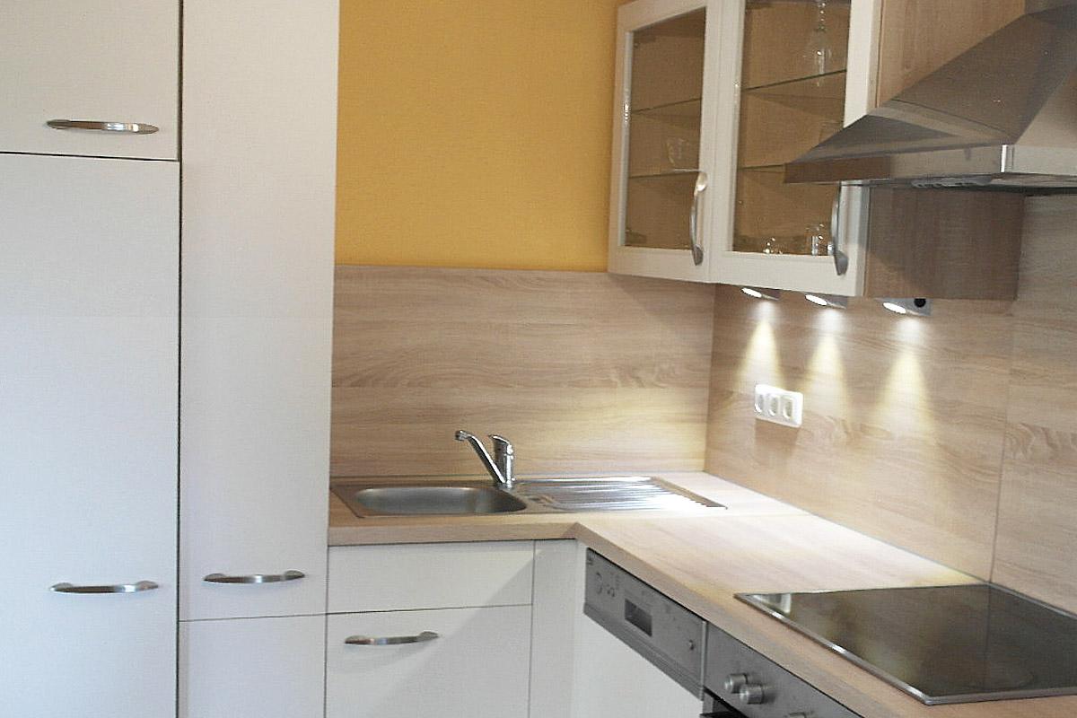Wohnküche mit Tisch und Küchenzeile